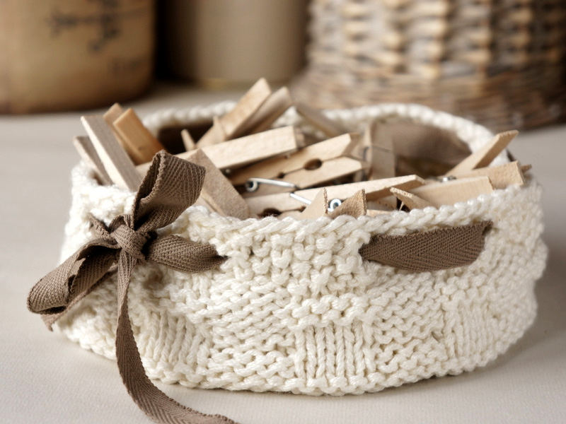 tettidesign_knitted_home_decor_basket_with_ribbon