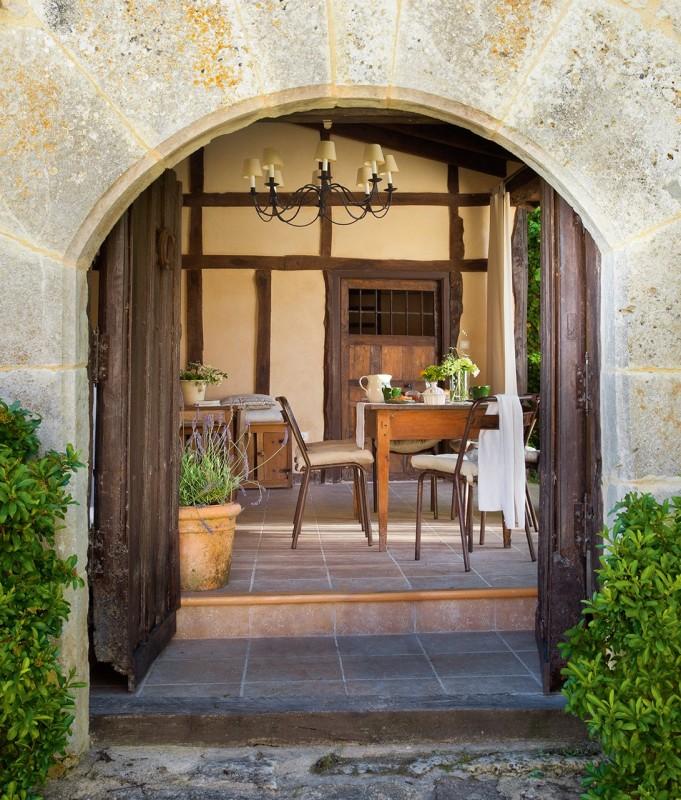 entrada_con_puerta_en_arco_a_casa_rustica_1091x1280