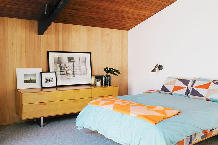 midcentury-renewal-master-bedroom-arne-jacobsen-wall-sconces