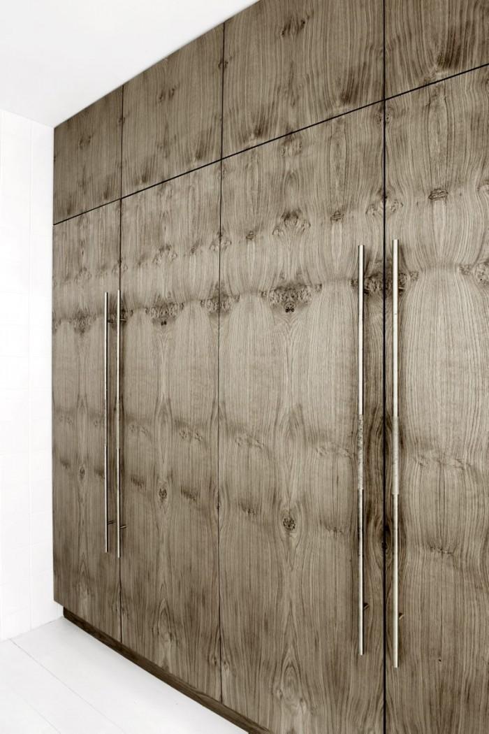 hogskap-i-rokt-ek-med-massingsbeslag-700x1050