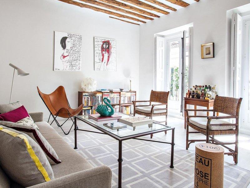 salon-con-sofa-y-alfombra-en-tonos-piedra_ampliacion