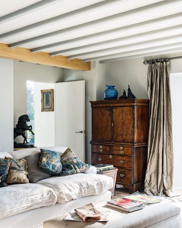 henriques-barn-living-room-sofa-beams