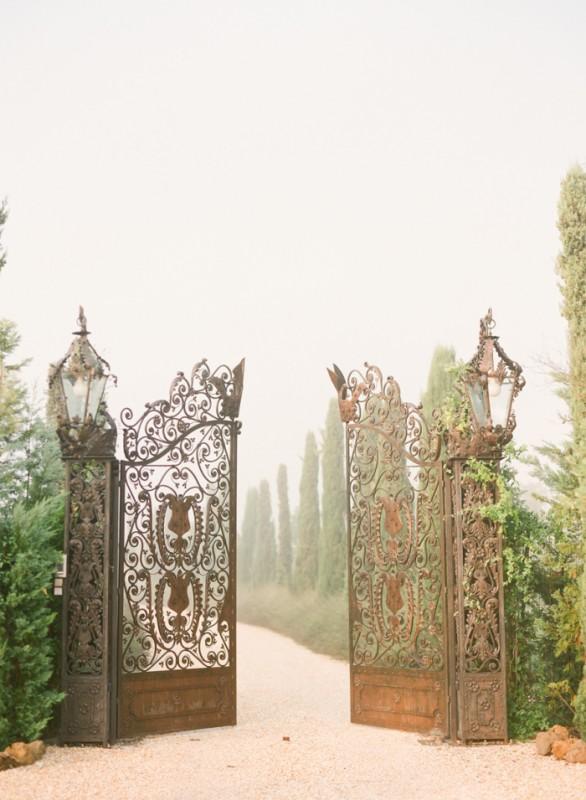 Detailed-Iron-Gates-at-the-Borgo-Santo-Pietro-700x955