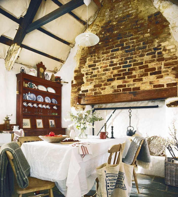 Graham-thatched-cottage-dining-room-exposed-brick