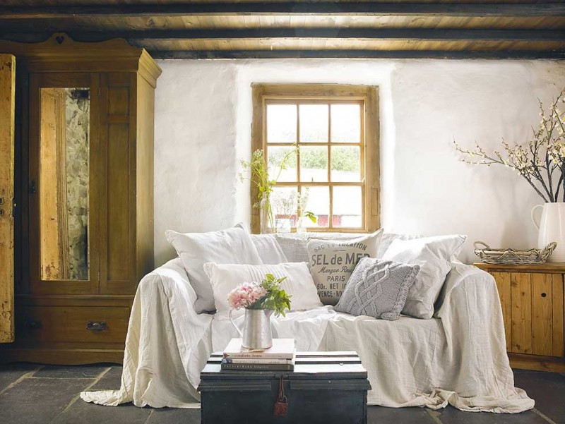 Graham-thatched-cottage-living-room-white-sofa