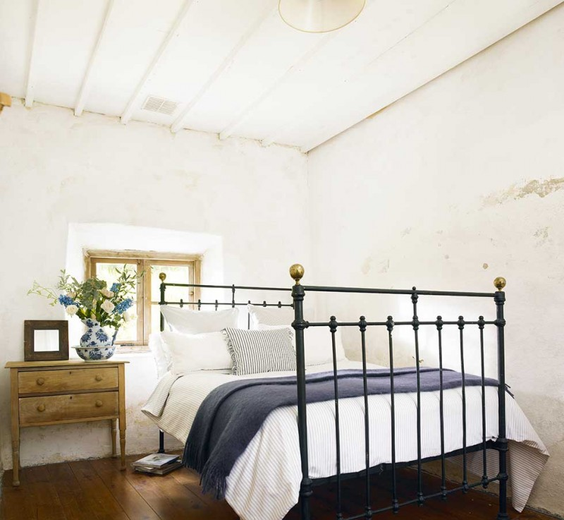 Graham-thatched-cottage-white-bedroom-beams