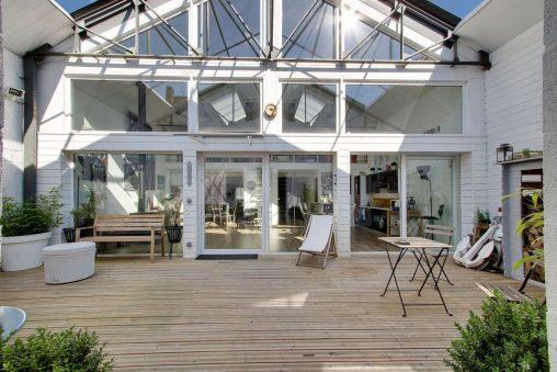 cour-interieure-facade-blanche-metallique_5730749